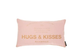 Hugs and kisses pude i sart rosa 40x70 cm fra Riverdale